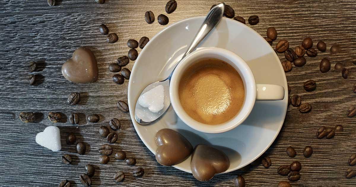 Tasse de café avec cœurs en chocolat